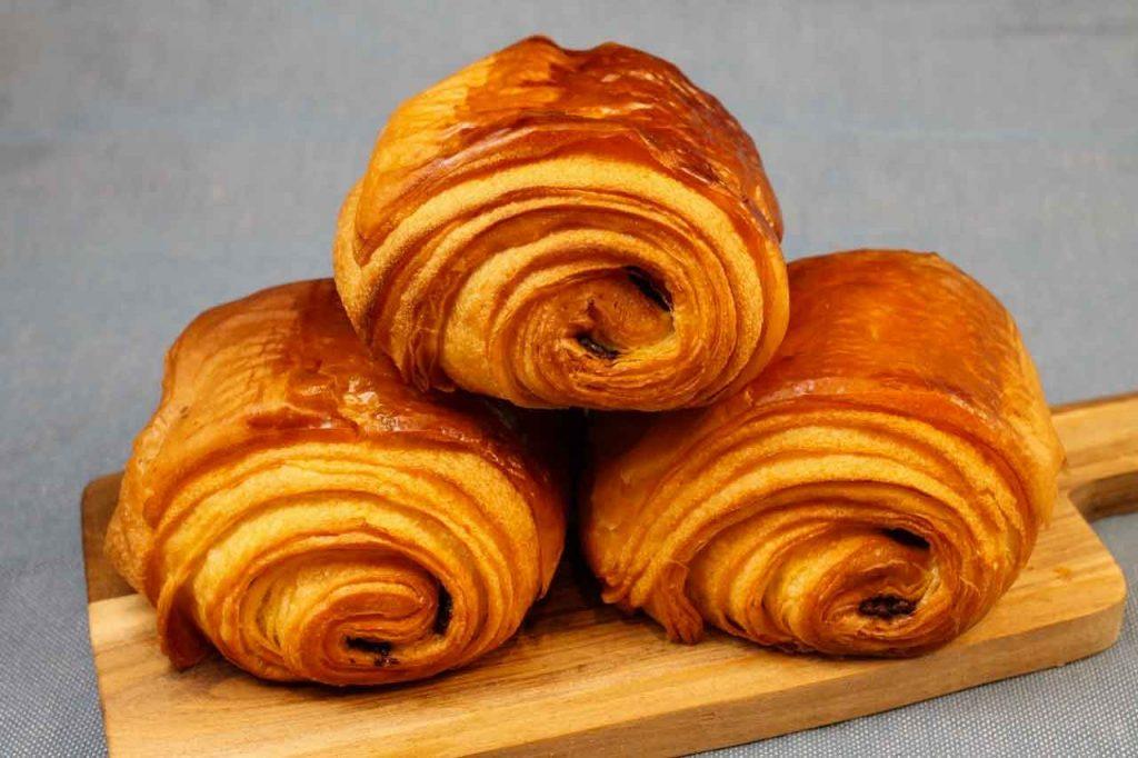 de délicieux pains au chocolat, des croissants pur beurre, et tout un étal de viennoiseries qui chatouillent les papilles et les narines